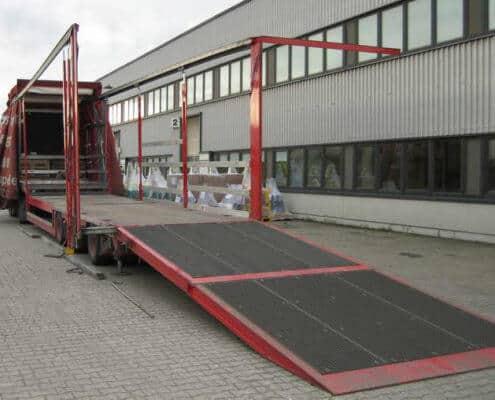 Lutter Spedition NRW - Betriebsumzüge - Maschinentransport - Logistik - Transporter bereit zum Verladen