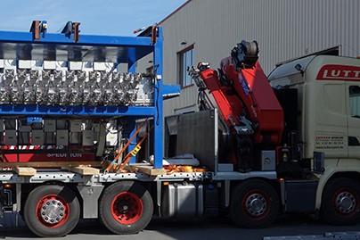 Lutter Spedition NRW - Betriebsumzüge - Maschinentransport - Logistik - Lkw mit Kran beladen mit schwerer Maschine