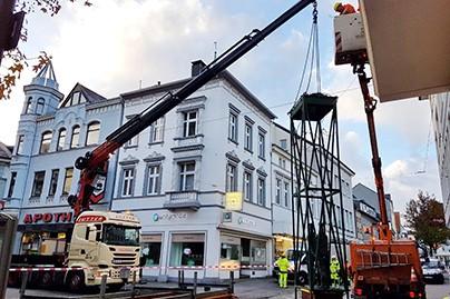 Lutter Spedition NRW - Betriebsumzüge - Maschinentransport - Logistik - Lkw mit Kran - hebt Lasten beim Strassenbau