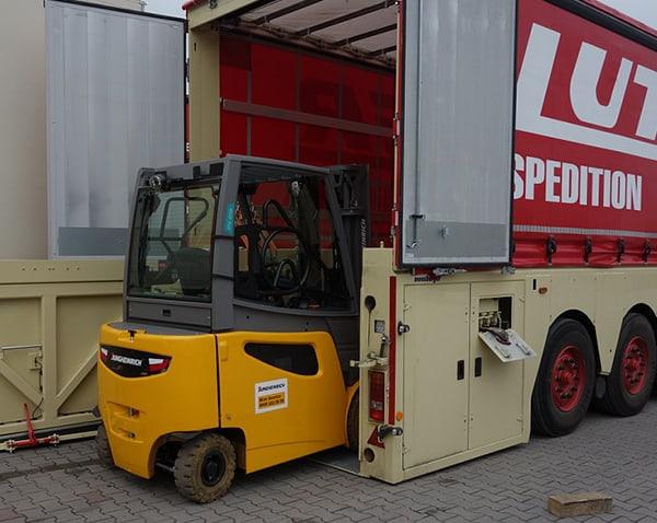 Lutter Spedition NRW - Betriebsumzüge - Maschinentransport - Logistik - Gabelstapler faehrt auf die LKW-Ladeflaeche