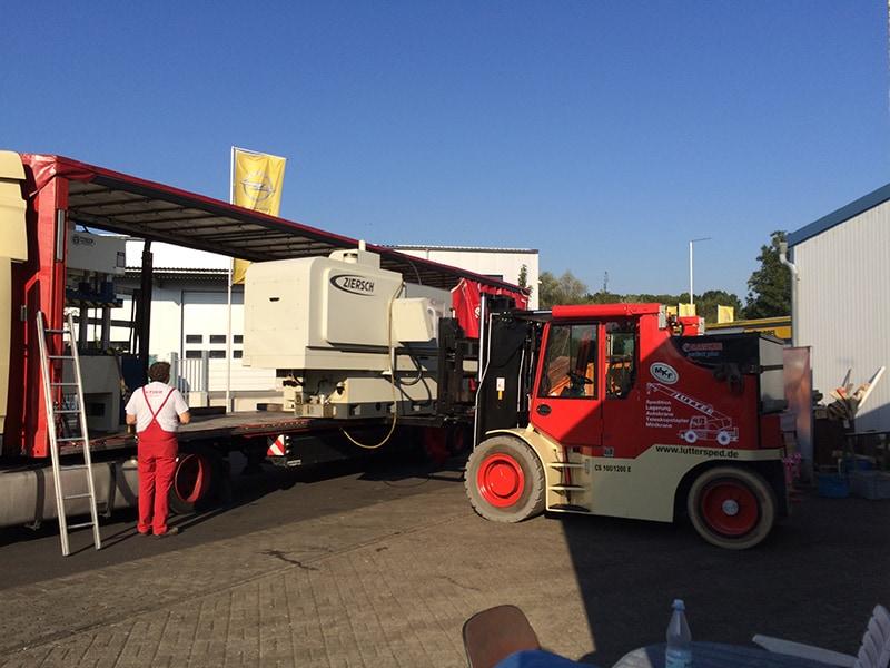 Lutter Spedition NRW - Betriebsumzüge - Maschinentransport - Logistik - Verladung einer Maschine auf den LKW
